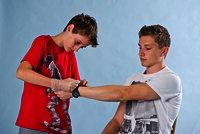 Entferne zuerst Uhren und Schmuck von der verletzen Hand.